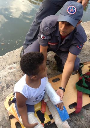 """Bombeiros resgatam criança com a síndrome """"ossos de vidro"""""""